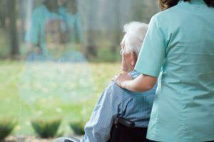 Badanti e coronavirus: come cambia l'assistenza anziani
